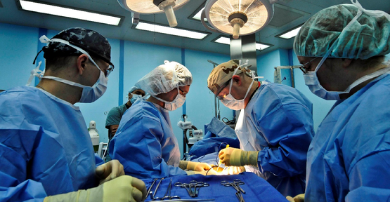 https://upload.wikimedia.org/wikipedia/commons/e/e6/Flickr_-_Official_U.S._Navy_Imagery_-_Doctors_perform_surgery_together..jpg